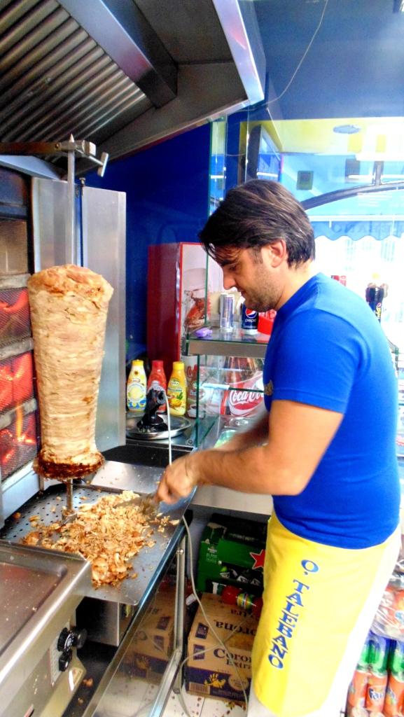 Il taglio di carne kebab o' taleban kebab a napoli (12)