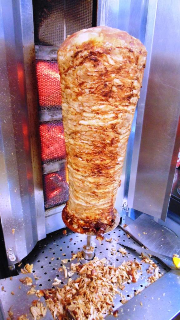 Carne di pollo per kebab vicino fonte di calore o' taleban kebab a napoli (8)