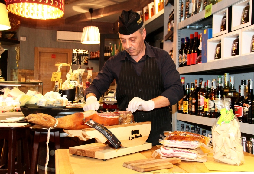 aldo lanzetta, maestro in gastronomia, mentre affeta un prosciutto all'enoteca fiordigusto, volla, napoli