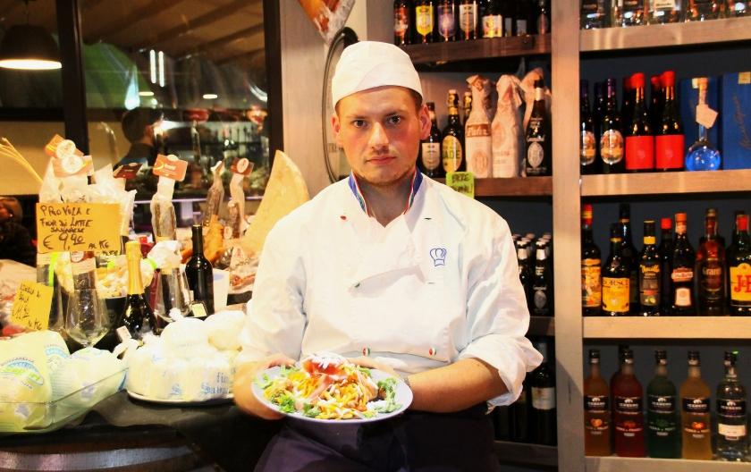 chef antonio cennamo con il suo primo piatto all'enoteca fiordigusto, volla, napoli