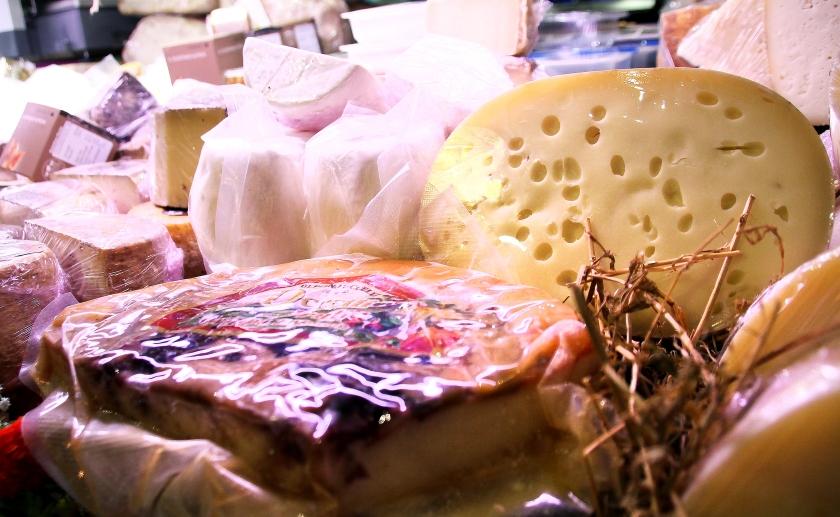 formaggi nel bancone dell'enoteca fiordigusto, napoli, volla