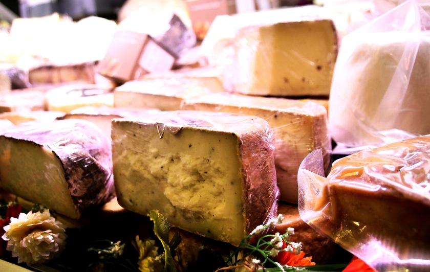 formaggi nel bancone dell'enoteca fiordigusto, napoli