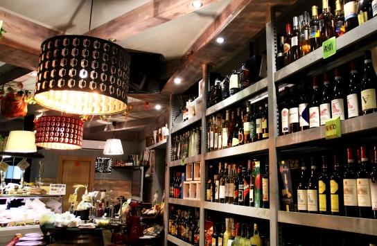 la parete opposta dei vini, enoteca fiordigusto , Volla - Napoli