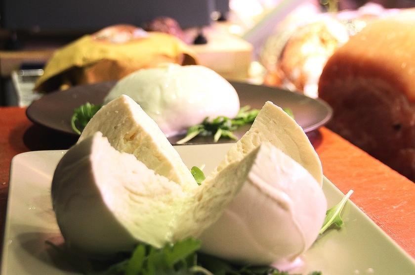 mozzarella di bufala campana - all'enoteca fiordigusto, volla, napoli