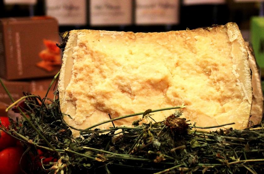 primo piano di un formaggio a enoteca fiordigusto, volla, napoli